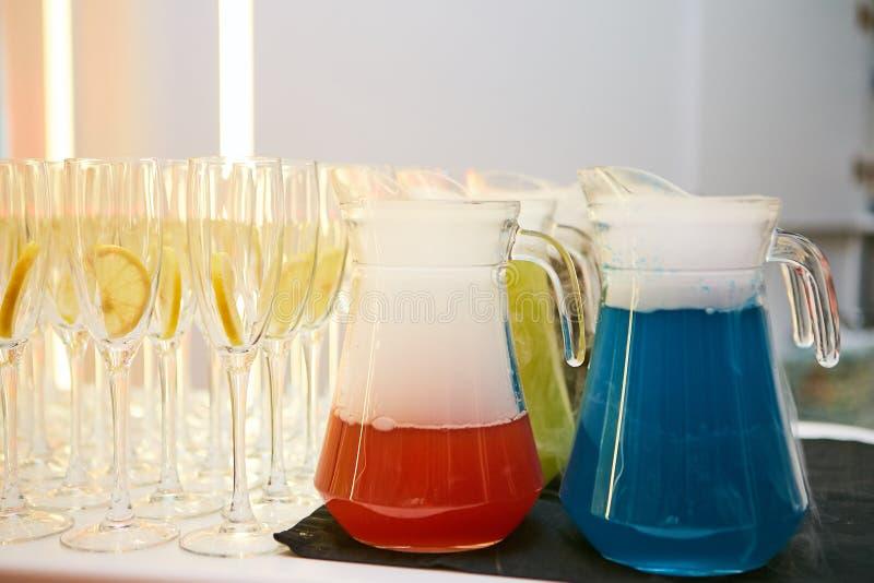 Cocktails en wijnglazen royalty-vrije stock afbeeldingen