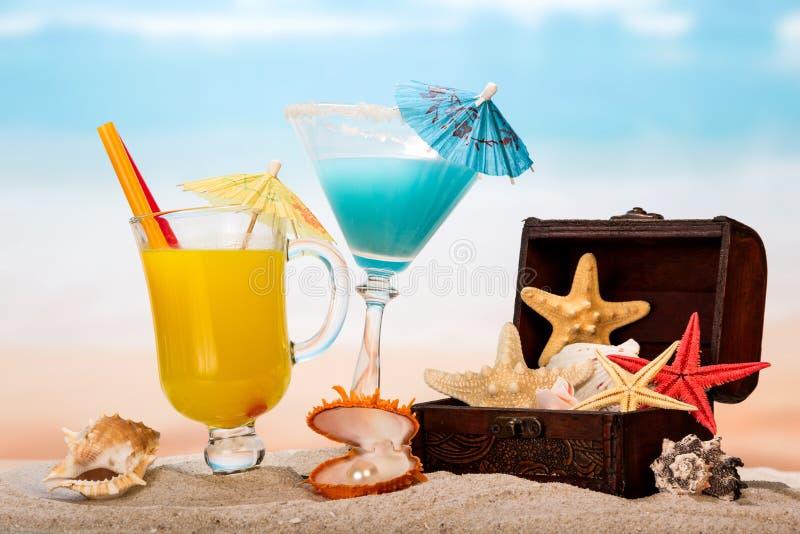Cocktails en zeesterren op strand stock foto's