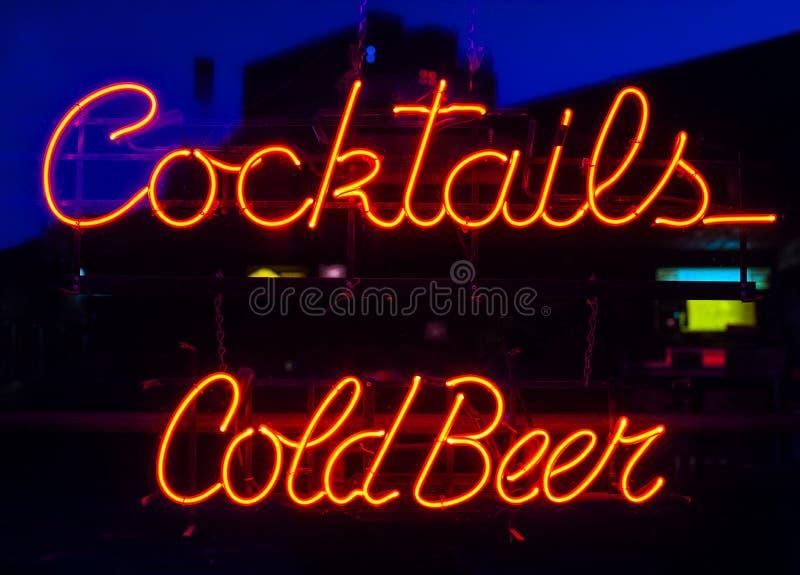 Cocktails, enseigne au néon de bière froide photo libre de droits