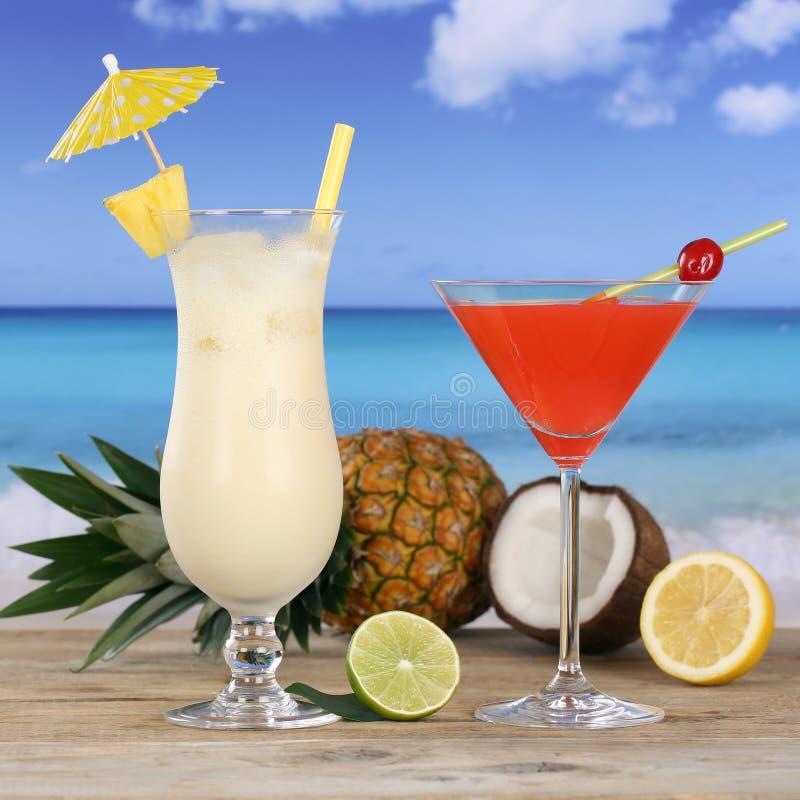 Cocktails et boissons d'alcool sur la plage images stock
