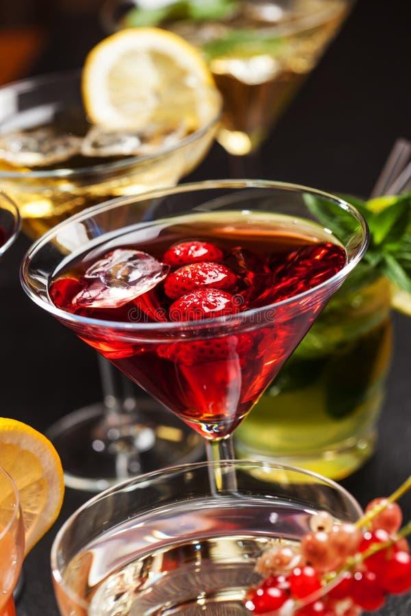 Cocktails et longdrinks de partie pour l'été images libres de droits