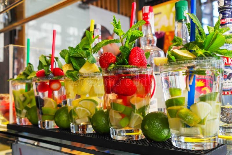 Cocktails für Verkauf lizenzfreie stockfotos