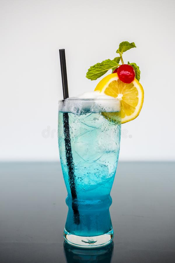 Cocktails hawaïens bleus avec la décoration de chaux et de cerise photo libre de droits