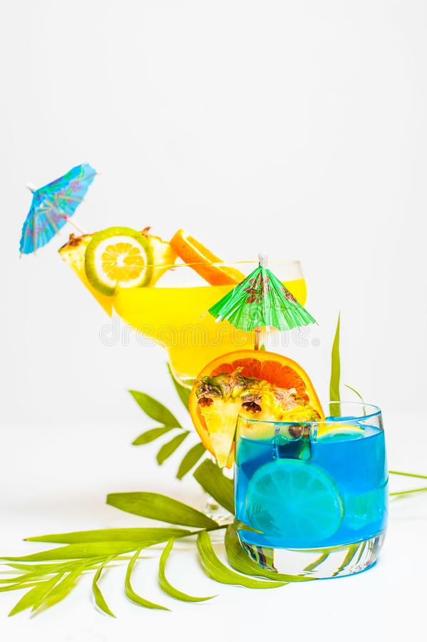 Cocktails jaunes et bleus colorés d'été décorés du tropica image libre de droits