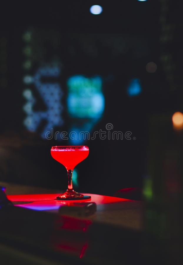 Cocktails juteux de m?tier de jambe en verre c?l?bre douce avec la boisson de cocktail inspir?e par auteur d?coratif sur le compt image libre de droits