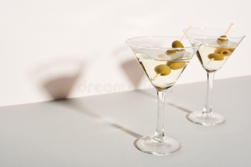 Cocktails Martini com azeitonas foto de stock royalty free