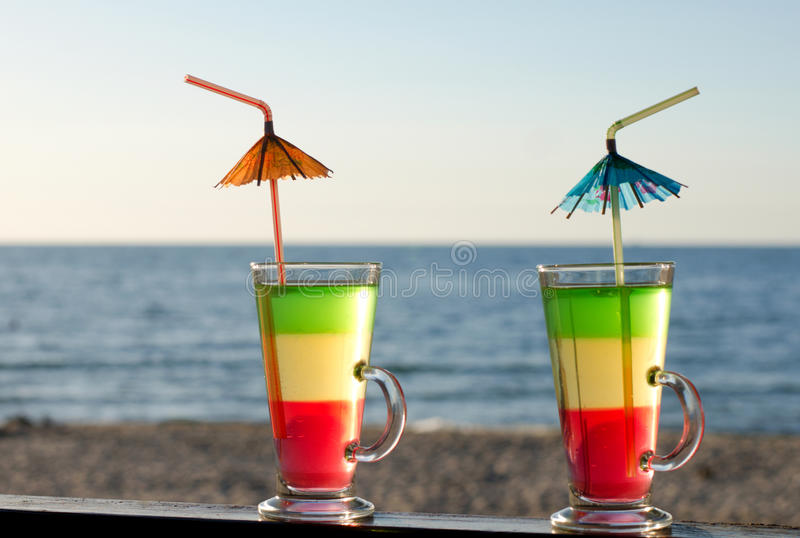 Cocktails met buizen op het zandige strand stock foto