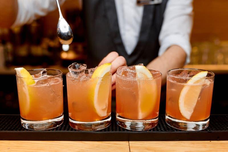 Cocktails met citroen op de bar stock afbeeldingen