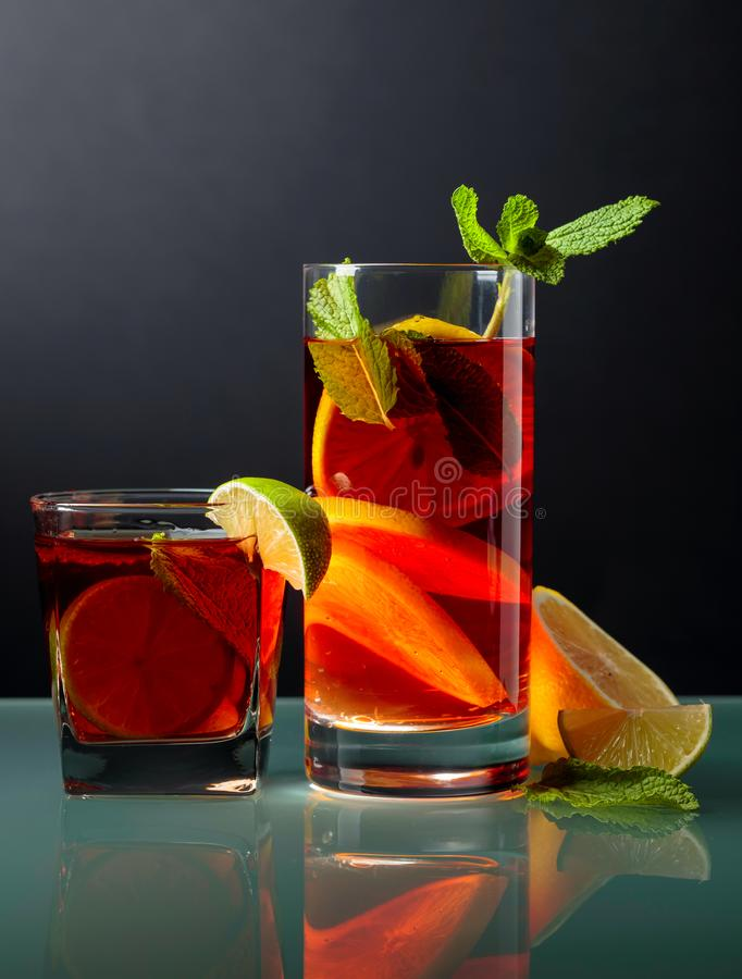 Cocktails met kalk, citroen en munt op een glaslijst stock afbeeldingen