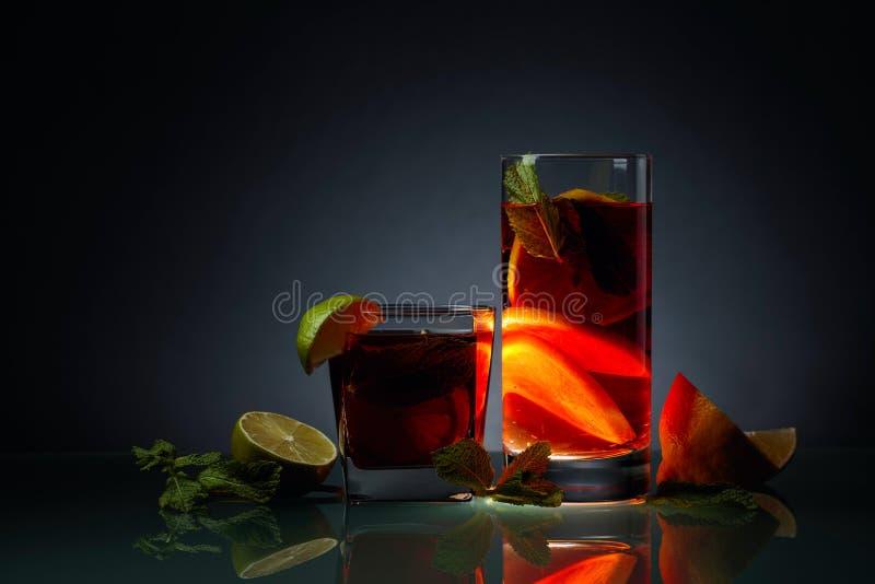 Cocktails met kalk, citroen en munt op een glaslijst royalty-vrije stock foto's