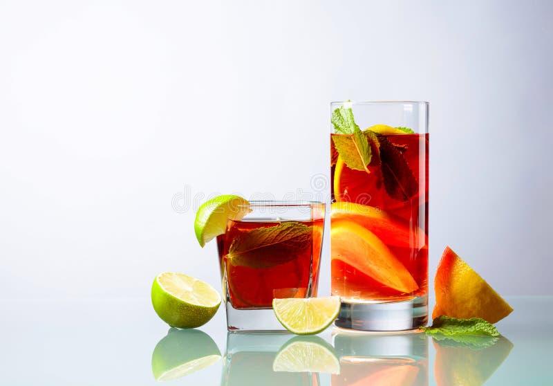 Cocktails met kalk, citroen en munt op een glaslijst royalty-vrije stock afbeelding