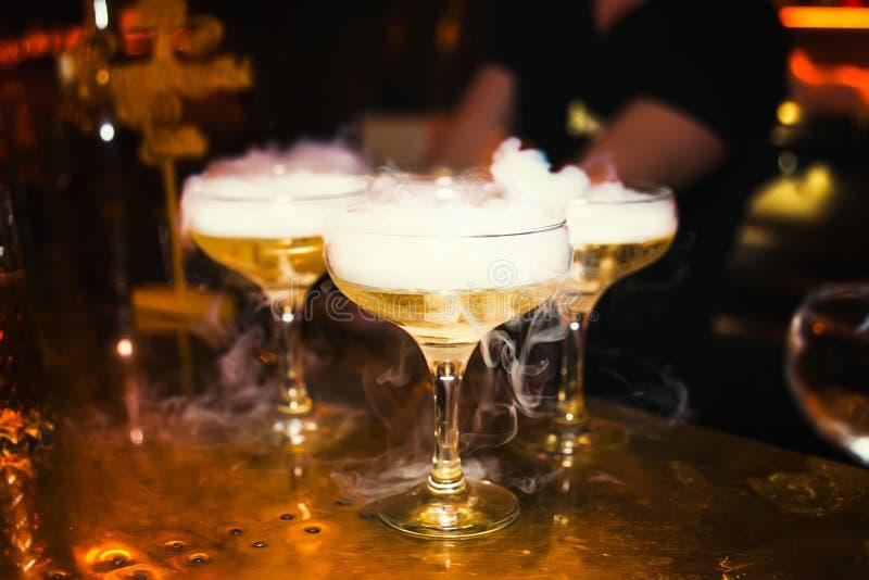 Cocktails met rook in de nachtclub royalty-vrije stock afbeeldingen