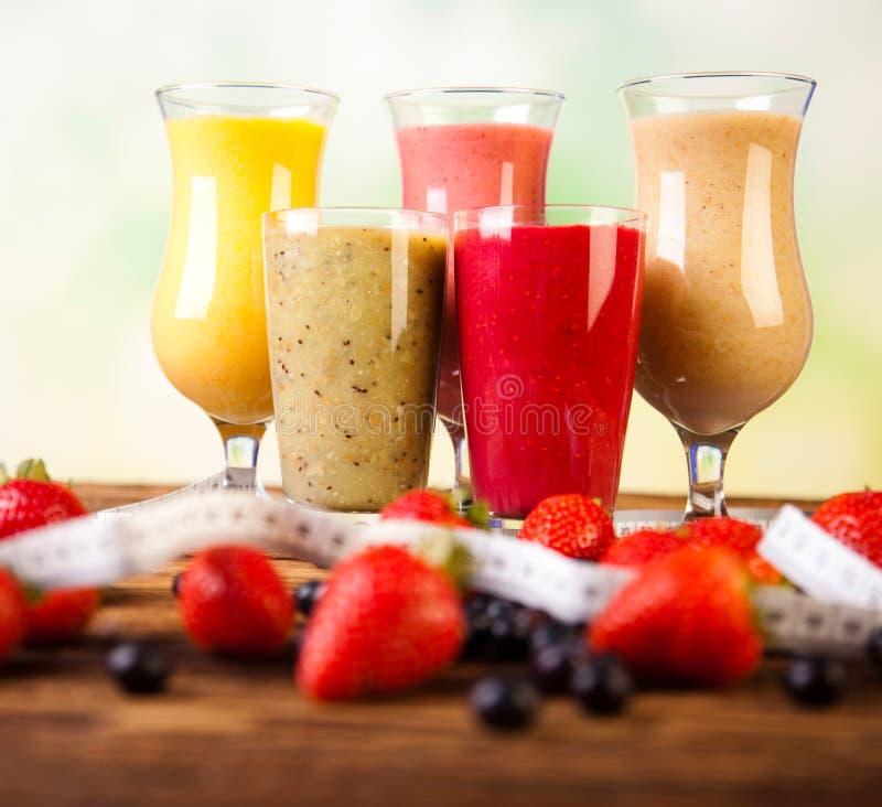 Cocktails met verse vruchten, Vitamine en Geschiktheid stock afbeeldingen