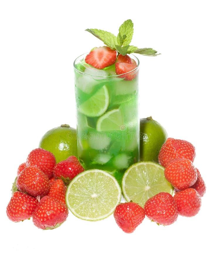 Cocktails mit Erdbeere und Kalk lizenzfreie stockfotos