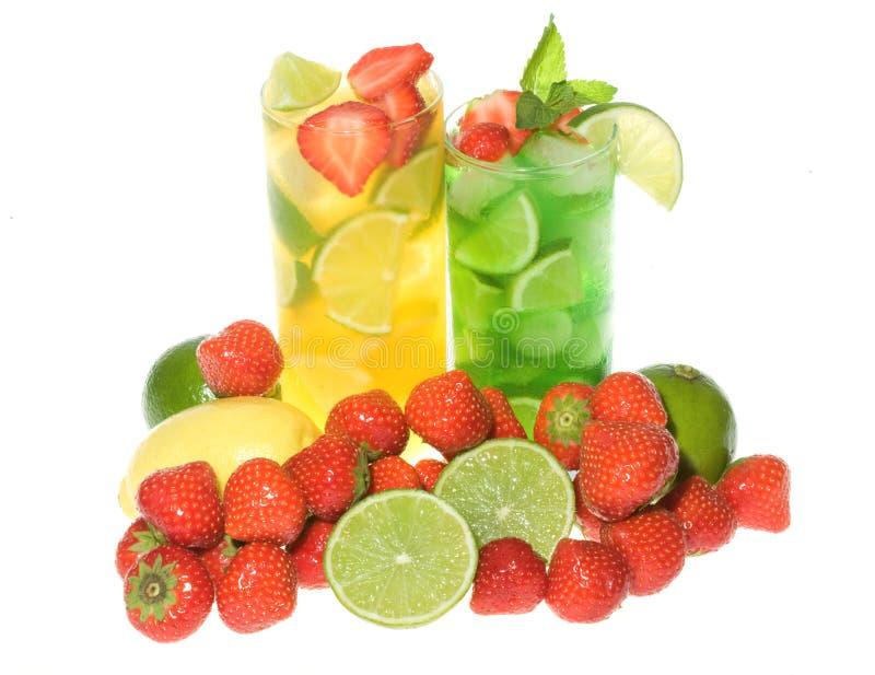 Cocktails mit Kalk und Beeren lizenzfreie stockfotografie