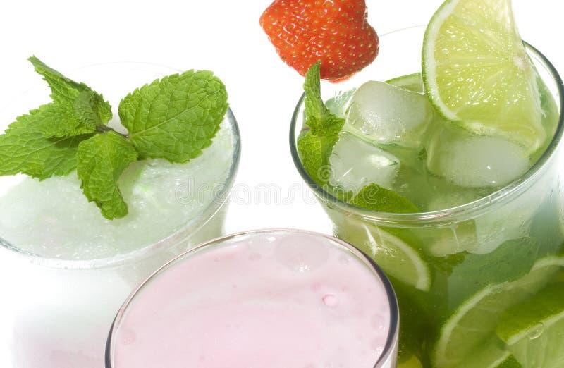 Cocktails mit Kalk und Erdbeere stockbild