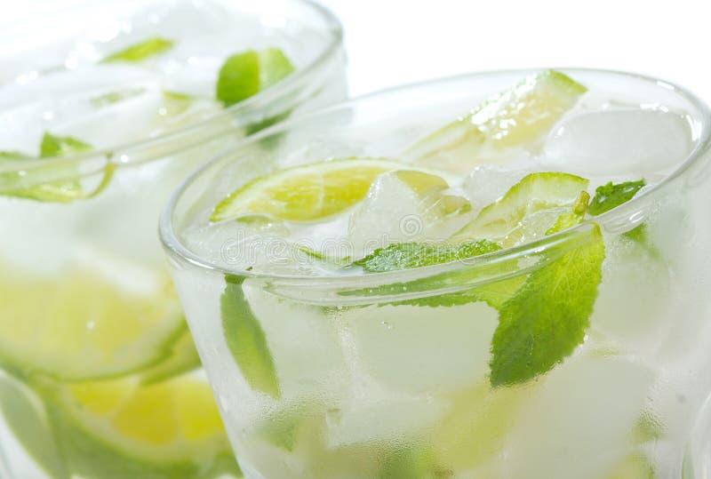 Cocktails mit Kalk und Minze lizenzfreie stockfotos