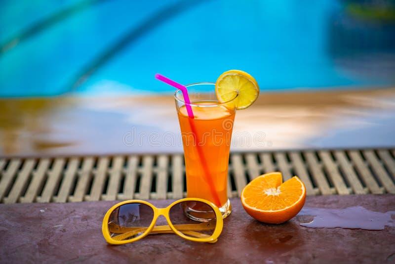 Cocktails naast pool stock afbeeldingen