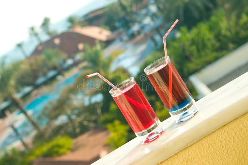 Cocktails op een hotelbalkon. royalty-vrije stock foto