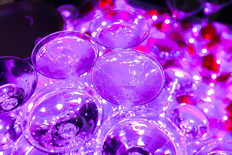 cocktails op een openluchtpartij, martini, wodka met bellen, en anderen op de verfraaide richtende lijst van het boekethuwelijk a stock afbeelding