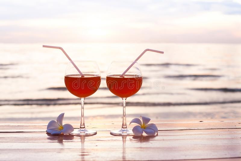 Cocktails op het strand bij zonsondergang, twee glazen stock fotografie
