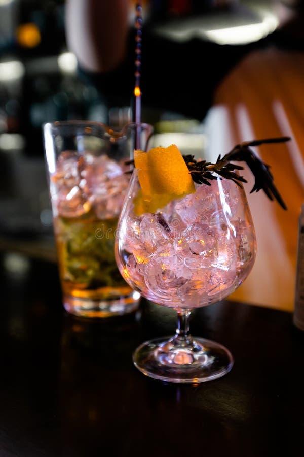 Cocktails par barman dans une bo?te de nuit - des qualifications de barman sont montr?es image libre de droits