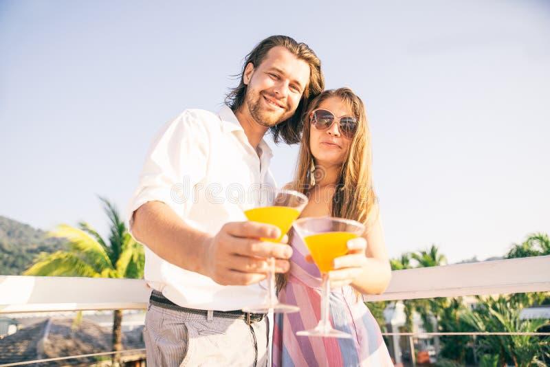 Cocktails potables de couples à la barre image libre de droits