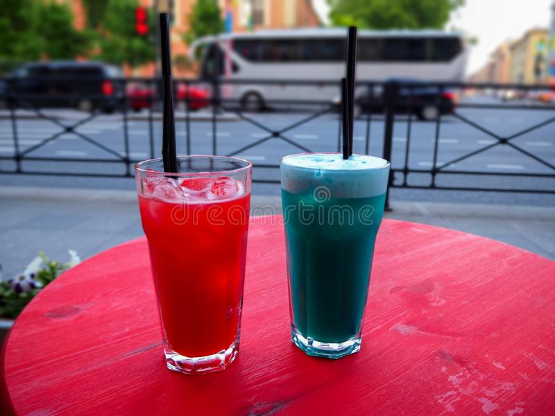 Cocktails rouges et bleus froids doux sur la table image libre de droits