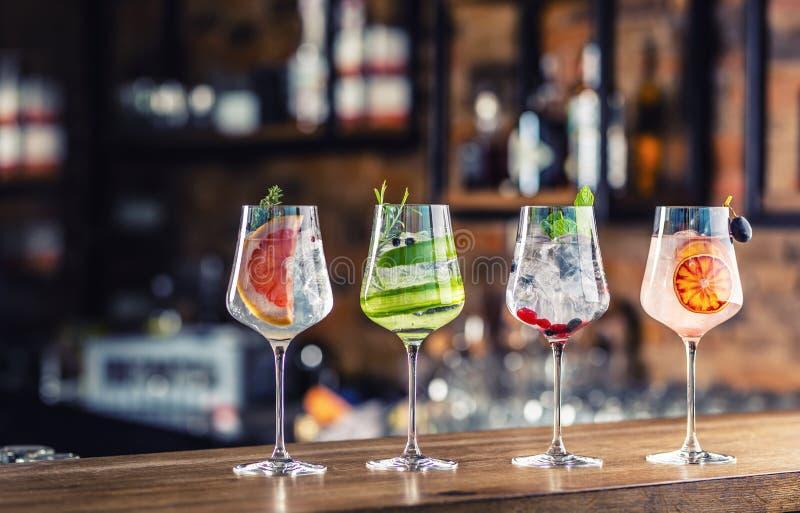 Cocktails tônicos de gin em copos de vinho no balcão de bar em filhotes ou restaurantes fotografia de stock