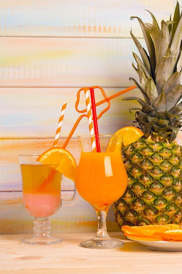 Cocktails tropicaux avec le fruit frais photo libre de droits