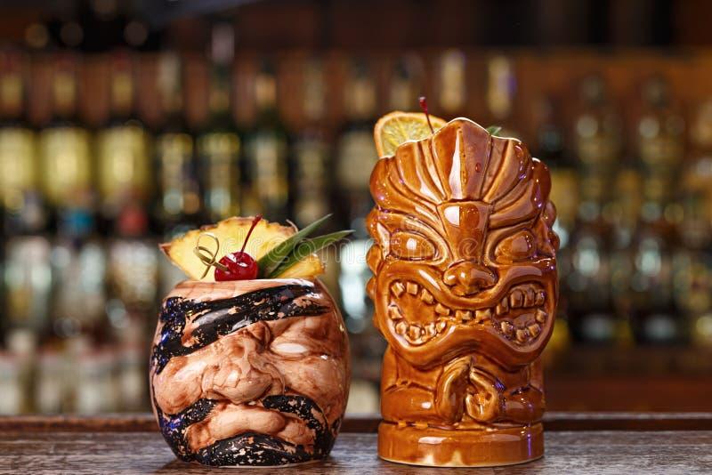 Cocktails tropicaux sur la barre photographie stock