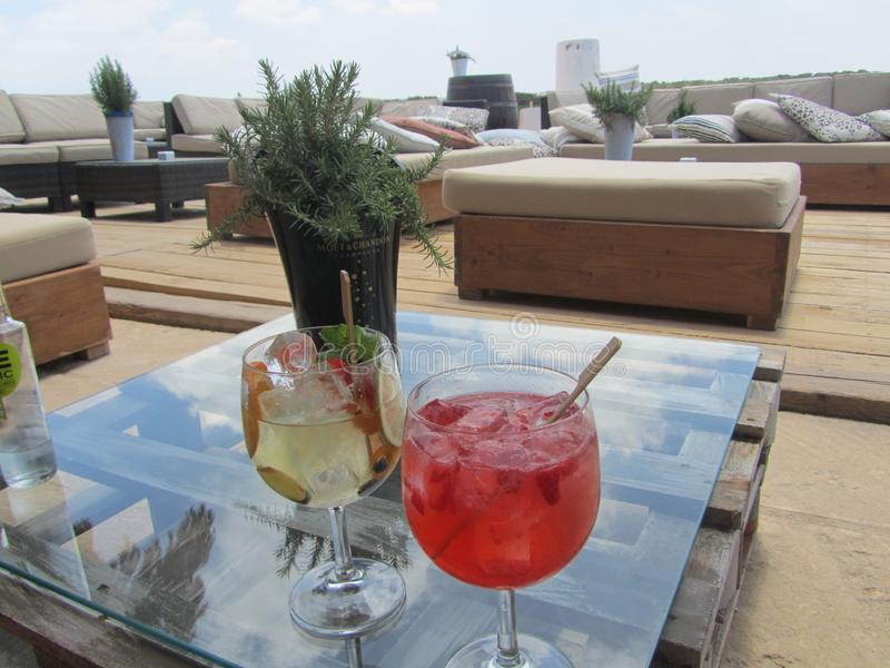 Cocktails, verres, mer, croisière, table basse photos stock