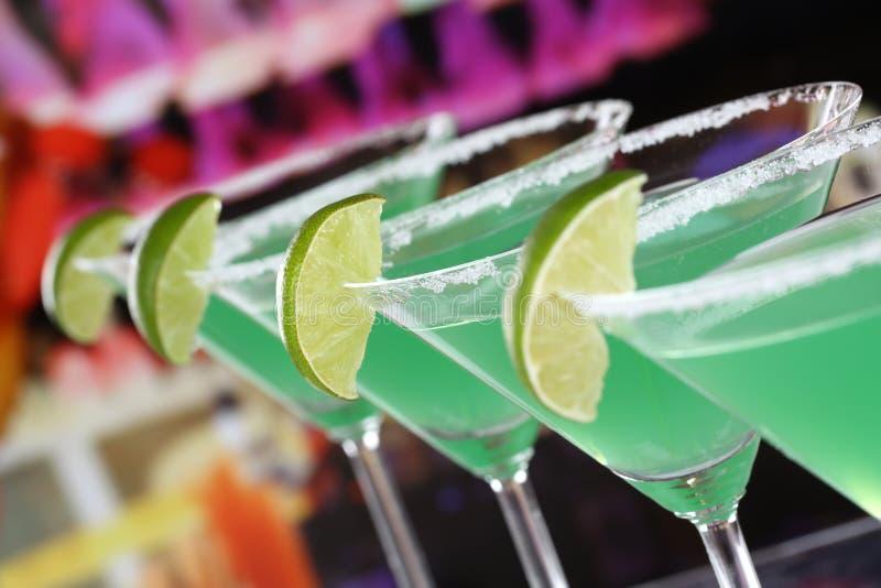 Cocktails verts de Martini en verres dans une barre photographie stock