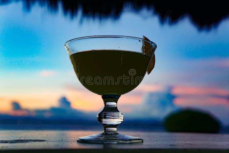 Cocktailsonnenuntergang-Seetropisches Paradies stockbilder