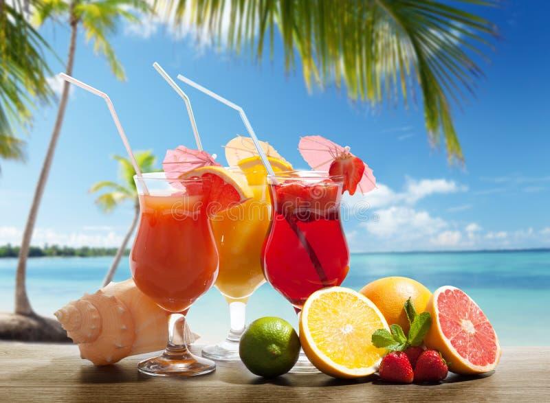 Cocktaisl y fruta tropical imagen de archivo
