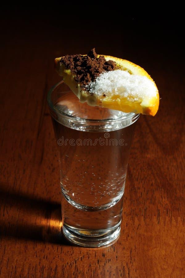 Cocltail - Wodka mit Zitrone stockfotos