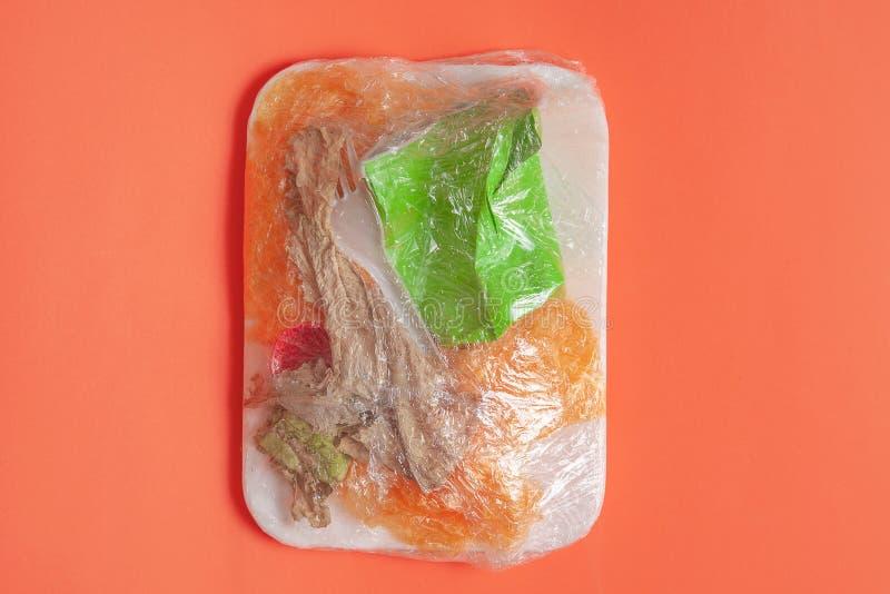 Cocnept di natura morta di inquinamento della plastica dell'alimento Manifesto creativo per la campagna di plastica di divieto pl fotografie stock