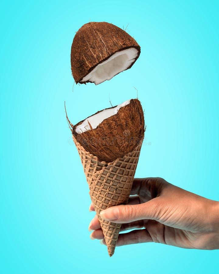 Coco com o cone de gelado no fundo brilhante Conceito m?nimo do alimento fotos de stock