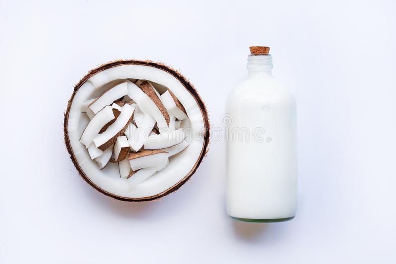 Coco e leite de coco no fundo branco imagem de stock royalty free