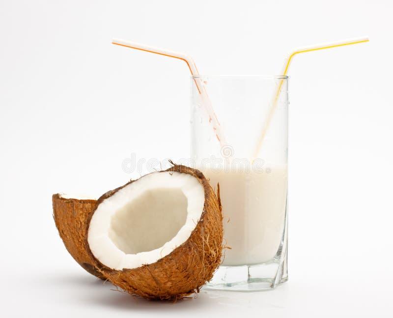Coco e vidro com leite dos Cocos fotos de stock