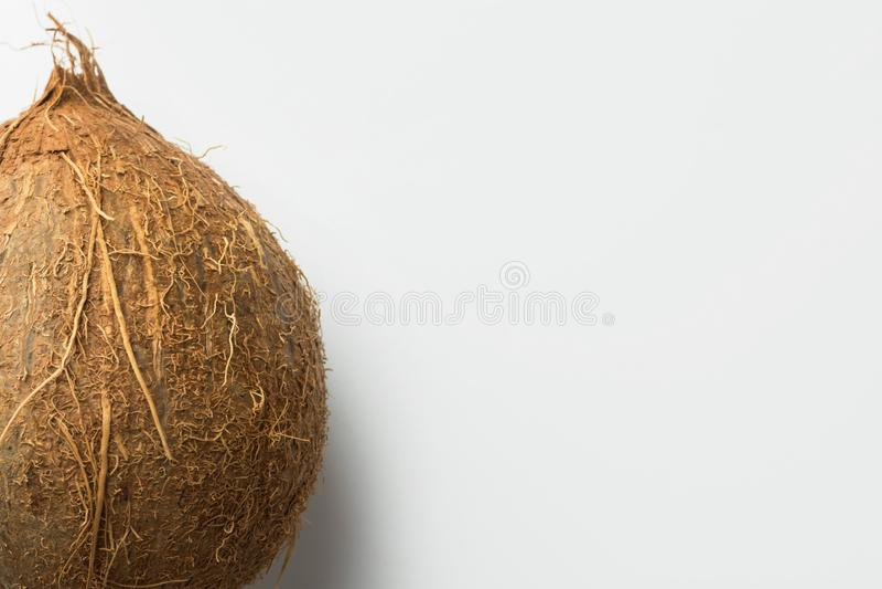 Coco entero en el fondo blanco Concepto de la dieta sana del vegano de las frutas tropicales Ingrediente para no la leche de la l foto de archivo