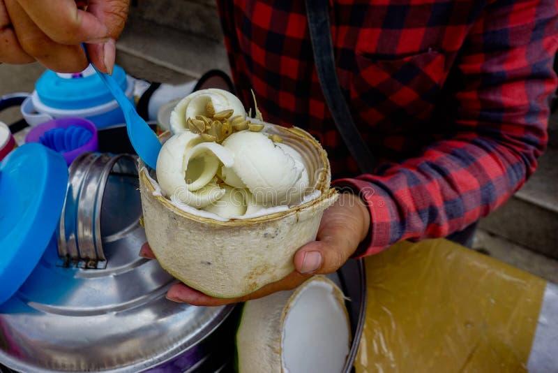 Coco Iceecream e amendoim que cobre o estilo tailandês foto de stock