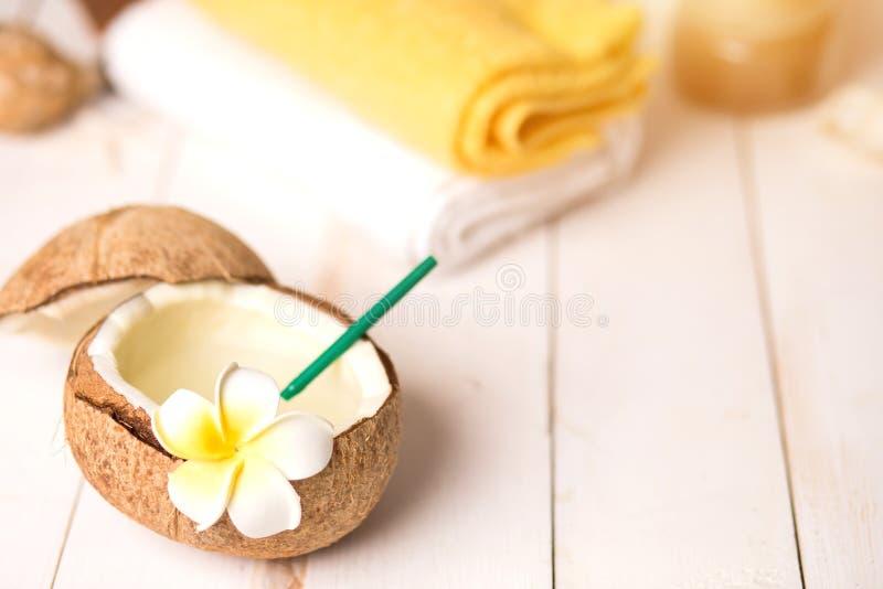 Coco, productos del balneario y toallas en el fondo blanco fotografía de archivo libre de regalías