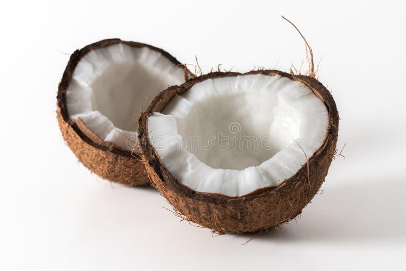 Coco rachado no fundo brilhante imagens de stock