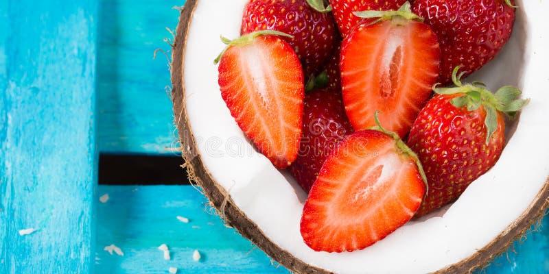 Coco y fresas en azul brillante imagen de archivo libre de regalías