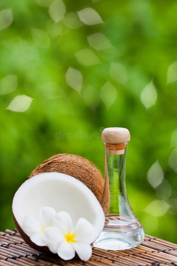 Coco y petróleo de coco fotos de archivo