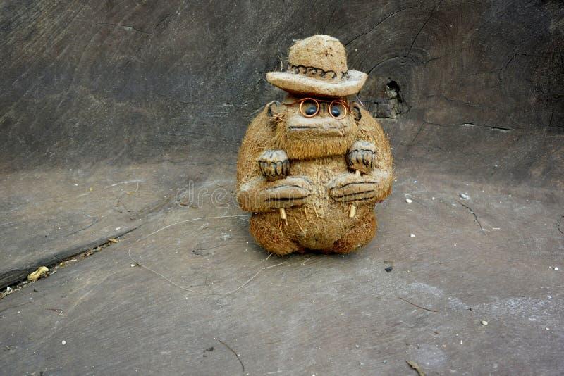 Cocoapa med rumbashaker maracas royaltyfria bilder