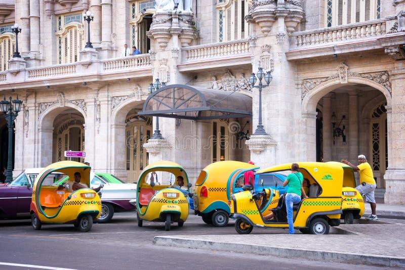 Cocoen åker taxi framme av Gran theatrode la Havannacigarr den väntande på turisten i havannacigarr arkivfoto