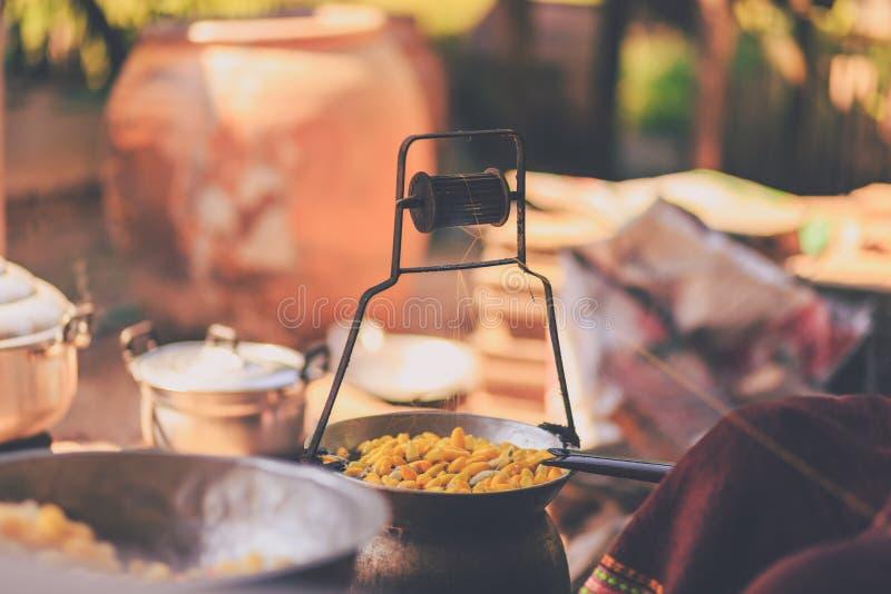 Cocons jaunes de ébullition de ver à soie par la chaudière pour faire le fil en soie photo libre de droits