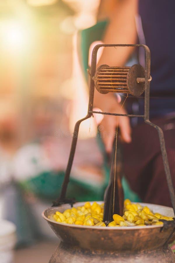 Cocons jaunes de ébullition de ver à soie par la chaudière pour faire le fil en soie photographie stock